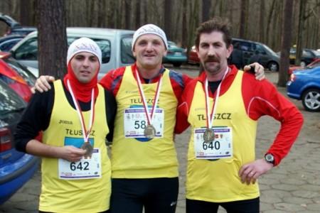 Zawodnicy TKS Bóbr Tłuszcz po Biegu Sylwestrowym w Łodzi. Od lewej: Kamil Gajewski, Leszek Rosa, Grzegorz Laskowski