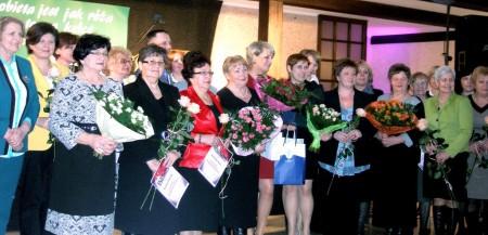 Wspólne zdjęcie nominowanych i nagrodzonych pań w plebiscycie Róża Burmistrza Tłuszcza 2013 (fot. Aleksandra Ratajczyk)