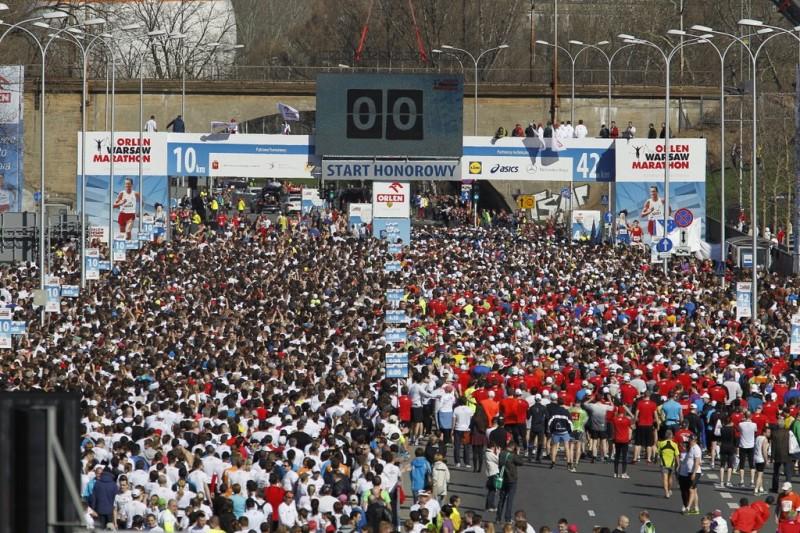 """""""Orlen Warsaw Marathon"""" przyciągnął rekordową ilość biegaczy. Na starcie stawiło się prawie 12 000 osób (fot. Sebastian Wolny / LIVE)"""