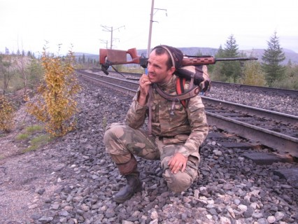 Michał Książek na nasypie BAM-u, północnej odnogi kolei transsyberyjskiej. Na dalekiej północy każdy posiada broń, bo jeść coś trzeba, a do najbliższego sklepu może być akurat kilkaset kilometrów.