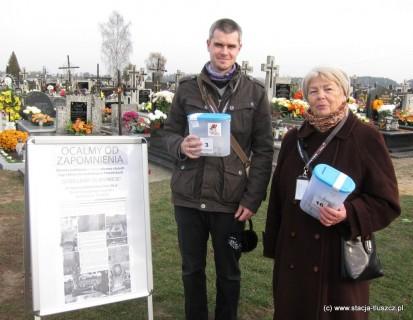 1 listopada na cmentarzu w Postoliskach kwestowali m.in. Janina Stryjek i Maciej Puławski