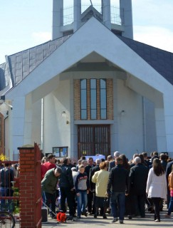 Zamknięty kościół w Jasienicy (fot. https://www.facebook.com/pages/O-prawo-do-g%C5%82osu-ks-Lema%C5%84skiego/470329296380288)