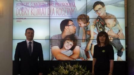 Burmistrz Paweł Bednarczyk i kierownik OPS Katarzyna Rostek nie kryli zadowolenia z tego, że działania na rzecz rodziny podejmowane w naszej gminie zostały dostrzeżone i docenione (fot. UM Tłuszcz)