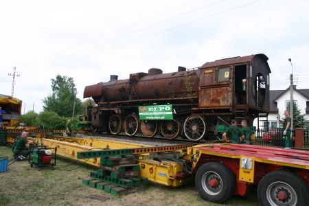 7 sierpnia odbyła się akcja przetransportowania stalowego kolosa z terenu lokomotywowni na działkę szkolną na specjalnej lawecie niskopodwoziowej