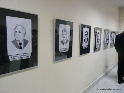 Ekspozycja autorstwa Agaty Jędrysiak w tłuszczańskim muzeum ukazująca portrety osób sprawujących władzę w Gminie Tłuszcz od czasów II wojny światowej do chwili obecnej