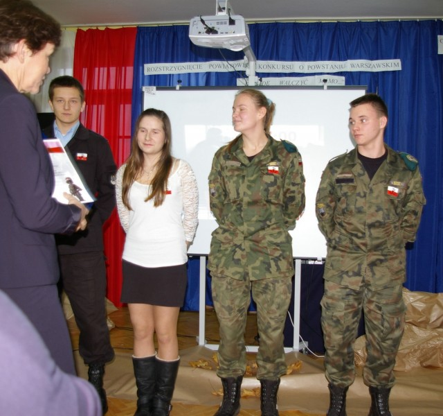 Iza Pólkowska (druga od lewej) z klasy 1 tuf Zespołu Szkół im. K. K. Baczyńskiego w Tłuszczu zajęła II miejsce w Powiatowym Konkursie o Powstaniu Warszawskim