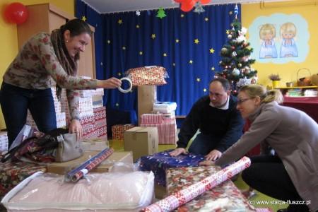 """Ponieważ paczki to również świąteczne prezenty, trzeba zadbać o ich właściwe opakowanie. Kasia, Krzysiek i Ania ze wspólnoty """"Przystań"""" działającej przy Kościele w Duczkach biorą udział w Szlachetnej Paczce już po raz drugi"""