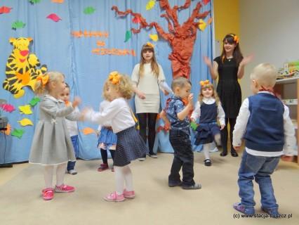 Podczas pasowania na przedszkolaka dzieci mogły pochwalić się przed rodzicami znajomością piosenek i tańców