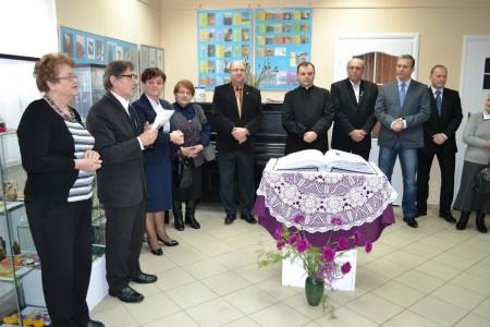 10 lutego na otwarciu wystawy zgromadzili się mieszkańcy, dyrektorzy i przedstawiciele szkół, instytucji, organizacji oraz lokalnych władz (fot. UM Tłuszcz)