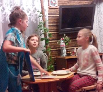 Warsztaty teatralne dla młodzieży są prowadzone w domu u Małgorzaty Bieleckiej. Za każdym razem po upływie 2 godzin uczestnicy są zaskoczeni, że to już koniec...