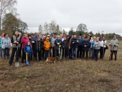 """Mieszkańcy Jarzębiej Łąki wspólnymi siłami posadzili 300 drzewek jarzębinowych. W przyszłości ma tu być """"Jarzębinowa Wioska"""""""