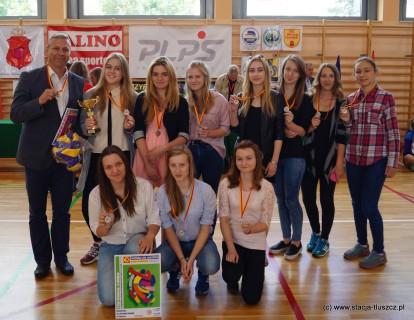 Trener i opiekun drużyny Waldemar Sitek z siatkarkami, które wywalczyły awans do I Ligi SLS