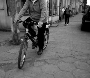 Za nieuzasadnioną jazdę rowerem po chodniku grozi nawet mandat! Fot. Olgierd Rudak, CC-BY-SA 3.0