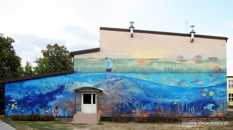 Mural na ścianie hali sportowej w Mokrej Wsi